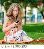 Купить «Девушка пишет текстовое сообщение», фото № 2900293, снято 8 июня 2011 г. (c) Александр Маркин / Фотобанк Лори