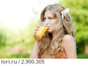 Симпатичная блондинка пьет апельсиновый сок. Стоковое фото, фотограф Александр Маркин / Фотобанк Лори