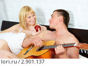 Купить «Молодой человек играет на гитаре для девушки», фото № 2901137, снято 12 мая 2011 г. (c) Ольга Красавина / Фотобанк Лори