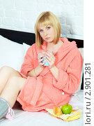Купить «Простуженная блондинка с чаем, фруктами и лекарствами в своей постели», фото № 2901281, снято 12 мая 2011 г. (c) Ольга Красавина / Фотобанк Лори