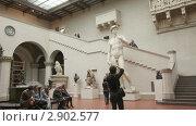 Посетители музея имени Пушкина в Москве фотографируют скульптуру Давида. Редакционное видео, видеограф Виктор Тараканов / Фотобанк Лори