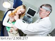 Купить «Доктор осматривает ухо ребенка», фото № 2908217, снято 17 июня 2019 г. (c) Дмитрий Калиновский / Фотобанк Лори