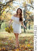 Купить «Девушка в осеннем парке», фото № 2910221, снято 7 октября 2011 г. (c) Яков Филимонов / Фотобанк Лори