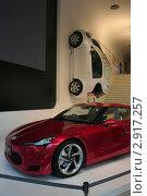 Автомобиль Тойота весит на стене в выставочном зале на Елисейских полях. Редакционное фото, фотограф Oksana Oleneva / Фотобанк Лори