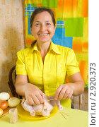 Купить «Женщина фарширует курицу», фото № 2920373, снято 7 октября 2010 г. (c) Яков Филимонов / Фотобанк Лори