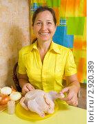 Купить «Женщина фарширует курицу», фото № 2920389, снято 7 октября 2010 г. (c) Яков Филимонов / Фотобанк Лори