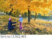 Мама с дочкой в осеннем парке. Стоковое фото, фотограф Юрий Брыкайло / Фотобанк Лори