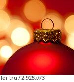 Купить «Красный новогодний шарик на желтом фоне», фото № 2925073, снято 29 августа 2009 г. (c) Дмитрий Наумов / Фотобанк Лори