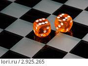 Купить «Оранжевые кости на шахматной доске», фото № 2925265, снято 15 сентября 2008 г. (c) Дмитрий Наумов / Фотобанк Лори