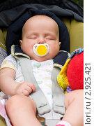 Купить «Ребенок в детском автомобильном сиденье», фото № 2925421, снято 21 июня 2008 г. (c) Дмитрий Наумов / Фотобанк Лори