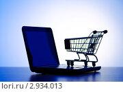 Силуэты ноутбука и тележки для покупок на голубом фоне. Интернет-магазин. Стоковое фото, фотограф Elnur / Фотобанк Лори