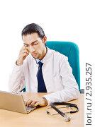 Купить «Доктор работает на ноутбуке, сидя за столом», фото № 2935257, снято 19 сентября 2011 г. (c) Elnur / Фотобанк Лори