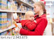 Купить «Молодая мама с сыном в супермаркете», фото № 2943673, снято 17 сентября 2010 г. (c) Бурков Андрей / Фотобанк Лори