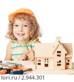 Купить «Счастливая девочка строит дом», фото № 2944301, снято 16 июня 2019 г. (c) yarruta / Фотобанк Лори