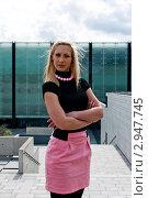 Портрет молодой женщины на фоне офисного здания. Стоковое фото, фотограф Dmitri Maruta / Фотобанк Лори