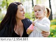 Молодая мама обнимает дочку на фоне зеленого парка. Стоковое фото, фотограф Екатерина Штерн / Фотобанк Лори