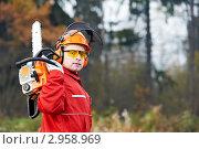 Купить «Лесоруб в красном комбинезоне с электропилой на фоне леса», фото № 2958969, снято 21 июля 2018 г. (c) Дмитрий Калиновский / Фотобанк Лори