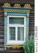 Старый покосившийся резной наличник на окне деревенского дома. Стоковое фото, фотограф Елена Филиппова / Фотобанк Лори