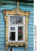 Старый резной наличник на окне деревенского дома. Стоковое фото, фотограф Елена Филиппова / Фотобанк Лори