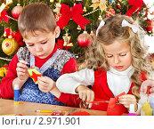 Купить «Дети делают из бумаги новогодние украшения», фото № 2971901, снято 21 ноября 2011 г. (c) Gennadiy Poznyakov / Фотобанк Лори