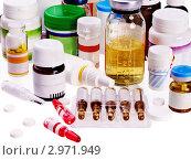 Купить «Ампулы и баночки с лекарственными препаратами, спрей и раствор на белом фоне», фото № 2971949, снято 13 октября 2011 г. (c) Gennadiy Poznyakov / Фотобанк Лори