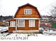Купить «Деревянный дачный домик с ломаной крышей», эксклюзивное фото № 2974261, снято 24 ноября 2011 г. (c) Елена Коромыслова / Фотобанк Лори