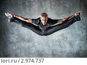 Молодой танцор прыгает высоко вверх. Стоковое фото, фотограф chaoss / Фотобанк Лори