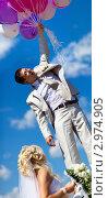 Купить «Жениха уносят в небо воздушные шары», фото № 2974905, снято 14 августа 2010 г. (c) chaoss / Фотобанк Лори