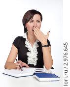 Купить «Девушка сидит за рабочим столом и зевает», фото № 2976645, снято 22 ноября 2011 г. (c) Михаил Иванов / Фотобанк Лори
