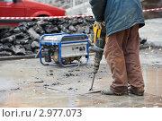 Купить «Рабочий с перфоратором демонтирует плитку», фото № 2977073, снято 8 декабря 2019 г. (c) Дмитрий Калиновский / Фотобанк Лори