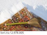 Купить «Чистка ковра снегом», фото № 2978005, снято 7 марта 2011 г. (c) Сергей Дубров / Фотобанк Лори