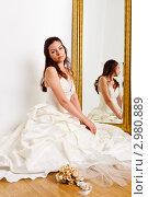 Купить «Красивая темноволосая женщина в белом свадебном платье сидит у зеркала», фото № 2980889, снято 24 сентября 2018 г. (c) Ольга Хорькова / Фотобанк Лори