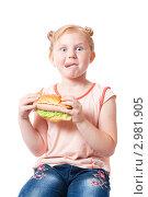 Купить «Девочка с фастфудом», фото № 2981905, снято 15 июля 2011 г. (c) Майя Крученкова / Фотобанк Лори