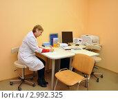 Купить «Медсестра врача-педиатра в рабочем кабинете делает запись в карточке пациента», эксклюзивное фото № 2992325, снято 21 ноября 2011 г. (c) Анна Мартынова / Фотобанк Лори