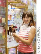 Купить «Девушка рассматривает пряди разного цвета в магазине», фото № 2996053, снято 23 августа 2011 г. (c) Яков Филимонов / Фотобанк Лори