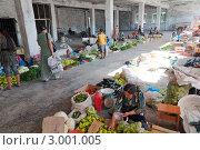 Рынок на месте выгоревшего магазина г.Ош, Киргизия (2011 год). Редакционное фото, фотограф Dmitry Lameko / Фотобанк Лори