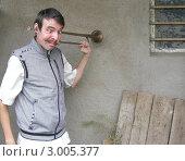 Усатый косоглазый молодой человек с горном в голове подслушивает. Стоковое фото, фотограф Дмитрий Ершов / Фотобанк Лори