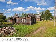 Купить «Старые деревянные дома в деревне», фото № 3005729, снято 14 июля 2011 г. (c) FotograFF / Фотобанк Лори