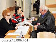 Купить «Пожилой избиратель получает бюллетень. Выборы в Государственную Думу Российской Федерации, 4 декабря 2011, Сочи», фото № 3006461, снято 4 декабря 2011 г. (c) Анна Мартынова / Фотобанк Лори