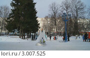 Купить «Дети катаются с ледяной горки. Рождество, Новый год. Уфа», видеоролик № 3007525, снято 24 октября 2011 г. (c) Mikhail Erguine / Фотобанк Лори