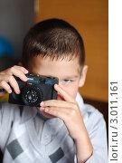 Мальчик фотографирует (2010 год). Редакционное фото, фотограф OlgaM. / Фотобанк Лори