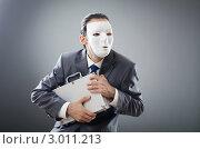Купить «Мужчина в белой маске на лице испуганно прижимает к себе чемодан», фото № 3011213, снято 8 сентября 2011 г. (c) Elnur / Фотобанк Лори