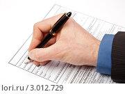 Купить «Мужская рука заполняет больничный лист», фото № 3012729, снято 22 ноября 2011 г. (c) Дмитрий Наумов / Фотобанк Лори