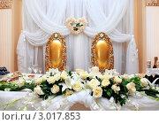 Купить «Места для новобрачных за свадебным столом», фото № 3017853, снято 4 ноября 2011 г. (c) Морозова Татьяна / Фотобанк Лори