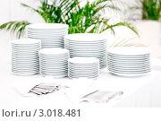 Стопки белых тарелок и столовые приборы. Стоковое фото, фотограф IEVGEN IVANOV / Фотобанк Лори