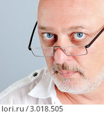Портрет серьезного усатого мужчины в очках. Стоковое фото, фотограф IEVGEN IVANOV / Фотобанк Лори
