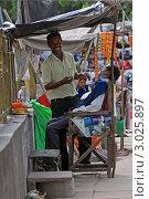 Купить «Цирюльник за работой на улице в Дели», эксклюзивное фото № 3025897, снято 11 сентября 2011 г. (c) Татьяна Белова / Фотобанк Лори