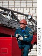 Купить «Оператор управляет пожарной автолестницей», эксклюзивное фото № 3027501, снято 26 августа 2011 г. (c) Вячеслав Палес / Фотобанк Лори