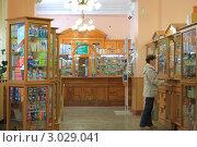 Купить «Женщина в аптеке», эксклюзивное фото № 3029041, снято 21 июля 2011 г. (c) Анатолий Матвейчук / Фотобанк Лори