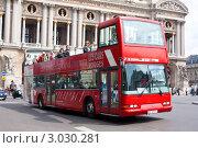 Купить «Двухэтажный туристический автобус на улице Парижа», фото № 3030281, снято 22 июля 2011 г. (c) Анастасия Репина / Фотобанк Лори